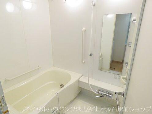 中古マンション-川崎市高津区新作5丁目 1418サイズのフルオートバス。段差のないフラットフロアです。