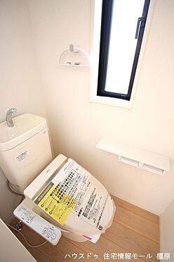 戸建賃貸-磯城郡田原本町大字阪手 2か所のトイレは朝の混雑緩和に活躍します。1・2階共に温水洗浄便座を完備しております。(同仕様)