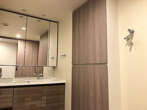 中古マンション-尾張旭市印場元町1丁目 広々三面鏡の洗面化粧台。下部や横には豊富な収納スペース付きです。