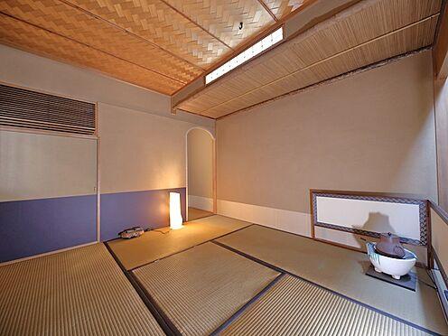 中古マンション-品川区八潮5丁目 照明、壁、天井に至るまで考え抜かれたリノベーションなので、大変に素敵な茶室に仕上がっております。