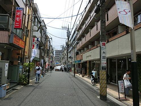 マンション(建物一部)-川崎市中原区上新城2丁目 商店街には小さなお店が並んでおり、お買い物が容易にできます。