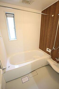新築一戸建て-橿原市菖蒲町2丁目 1坪サイズのゆったりした浴室で足を伸ばしておくつろぎ下さい。キッチンからボタン一つでお湯はりや追い焚きの操作ができるオートバス機能付きです