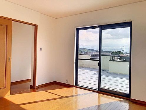 戸建賃貸-西尾市下羽角町郷内 3階洋室はバルコニーに布団が干せたっぷりの光をうけたお布団やシーツから太陽のにおいが感じられます。
