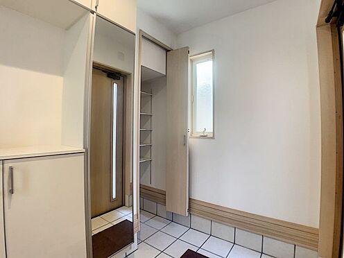 中古一戸建て-名古屋市守山区鳥羽見3丁目 収納が充実した玄関。靴以外にも沢山の物を収納できます。