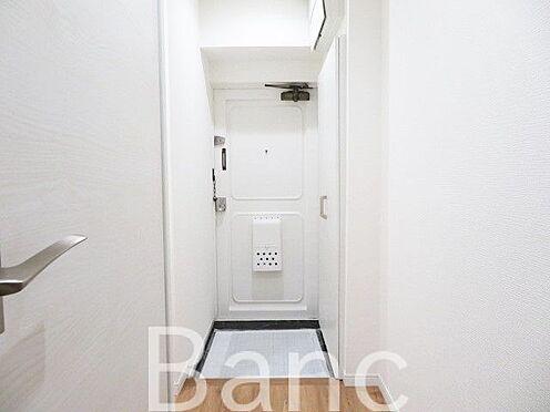 中古マンション-渋谷区本町3丁目 白を基調としていて明るい玄関です