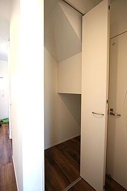 新築一戸建て-磯城郡田原本町大字阪手 階段下を利用。わずかなスペースでも無駄にせず有効活用されています。