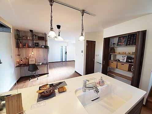 新築一戸建て-八王子市堀之内2丁目 食卓と居間のスペース分けがスッキリできる広さのリビングです!収納量も豊富です♪