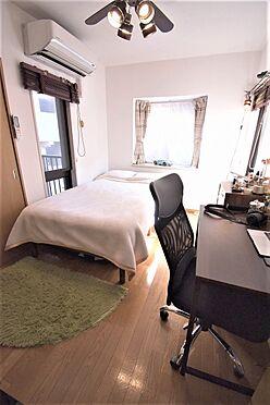 区分マンション-港区三田3丁目 約6.3帖の洋室は窓が3箇所あるので、日中は明るくお過ごしいただけます。