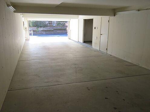 中古一戸建て-八王子市大塚 地下ガレージ(駐車スペース2台分)、電動シャッター設置