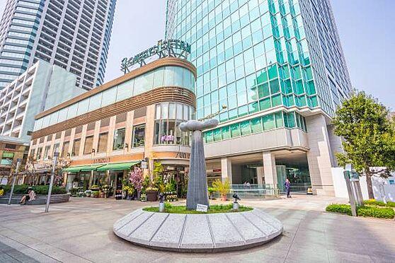 マンション(建物一部)-港区白金3丁目 ■ クイーンズ伊勢丹 白金高輪店 ■ 本マンションから徒歩8分ほどの場所にあります。複数の店舗が集まり買い物も便利に!上質な暮らしの一部となるでしょう。