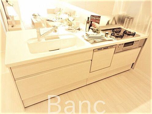 中古マンション-世田谷区経堂5丁目 食器洗浄機付きシステムキッチン、3口ガスコンロ、グリル付きでお料理も捗りますね。