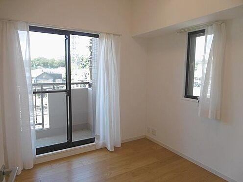 中古マンション-多摩市永山1丁目 約4.4帖の洋室です。バルコニーへ出入りが可能です。