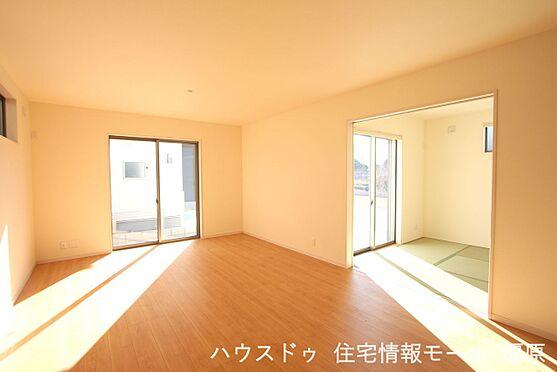 戸建賃貸-磯城郡田原本町大字阪手 和室と合わせて25.25帖の大きな空間。ご家族の憩いの場にぴったりですね。(同仕様)