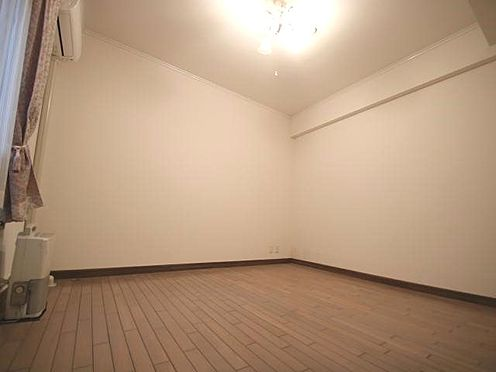 中古マンション-田方郡函南町平井 洋室:シングルベッド二つ並べても余裕のある洋室。広さ約7.69帖です。