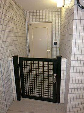 中古マンション-北佐久郡軽井沢町大字長倉 プライベート感漂う門扉の付いた各お部屋の玄関です。