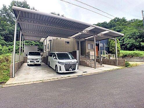 戸建賃貸-みよし市莇生町南池ノ上 駐車は三台可能!カーポート付きなので、大切なお車を雨風から守ることが出来ます。