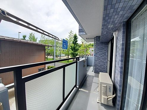区分マンション-多摩市愛宕4丁目 L字型に広くお部屋に面するバルコニーが特徴の角部屋です!