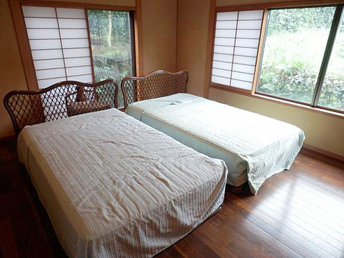 中古一戸建て-伊東市富戸 洋室8帖 収納スペース2間有ります。和の仕様の洋間もいいですね。