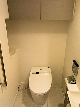 マンション(建物一部)-目黒区青葉台4丁目 ウォシュレット一体型タンクレストイレ、吊戸棚、棚、手洗器。