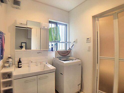 戸建賃貸-みよし市莇生町南池ノ上 一日の始まりの朝、歯磨きをしたりメイクや髪をセットしたり・・・使いやすさが考えられた3面鏡です♪シャワー付水栓で洗面台でのシャンプーや毎日の掃除に大変便利ですね♪