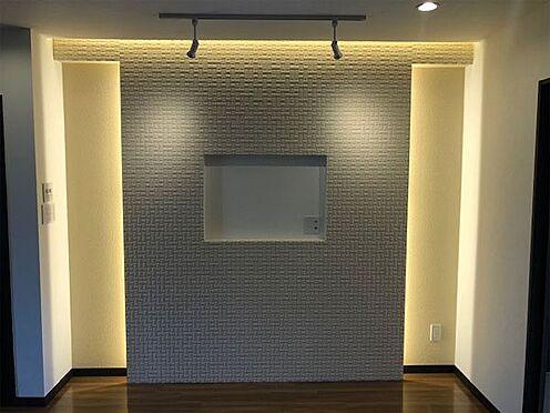 中古マンション-伊東市荻 【ダイニング】テレビを壁に付けられます。スポットライト付き