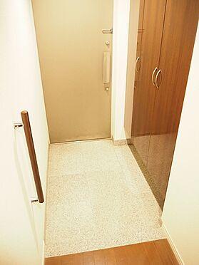 中古マンション-八王子市松木 玄関には手すりが設置されていて、ご年配の方にも配慮されています。