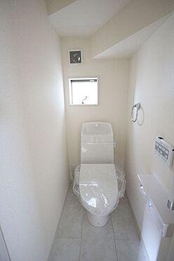 戸建賃貸-大和高田市大字吉井 2か所のトイレは朝の混雑緩和に活躍します。1・2階共に温水洗浄便座を完備しております。