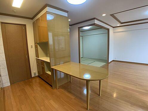 中古マンション-みよし市三好丘5丁目 備え付けの棚やテーブルがございます。家族分の食器や炊飯器などもここに収納していただけます。
