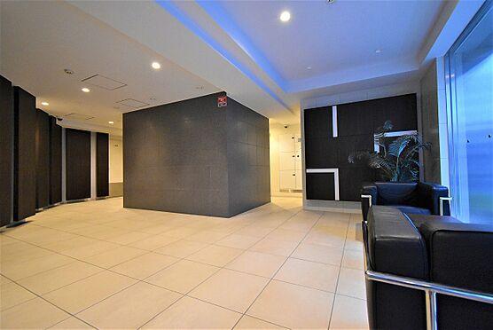 中古マンション-中央区八丁堀2丁目 ソファを配し、寛ぎのスペースを設けたエントランスホール