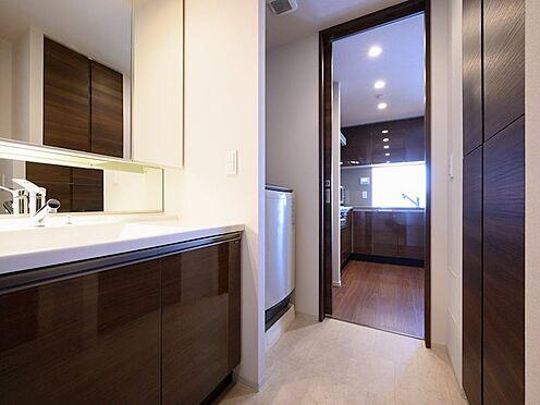 中古マンション-品川区勝島1丁目 【Wash basin】快適な家事動線に配慮した、キッチンからも出入りできる2WAYの洗面室です。
