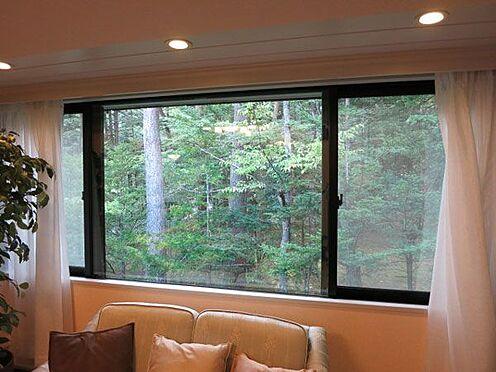 中古マンション-北佐久郡軽井沢町大字長倉 窓を開ければ千ヶ滝の森の緑を眺めます。