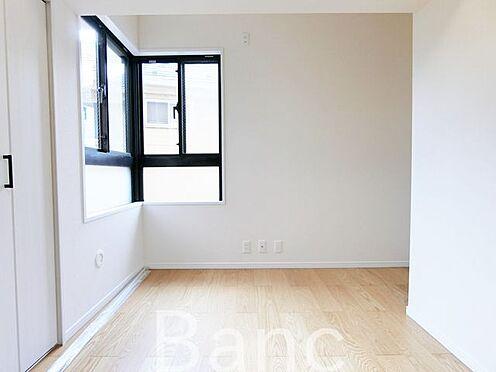 中古マンション-葛飾区水元1丁目 2面採光で明るい日差しが差し込む洋室です