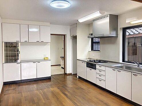 戸建賃貸-西尾市下羽角町郷内 使い勝手の良い食器棚もあるダイニングキッチンです。