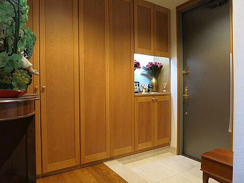 リゾートマンション-熱海市伊豆山 一戸建てのようなゆったりした玄関。右側が収納スペースとなります。