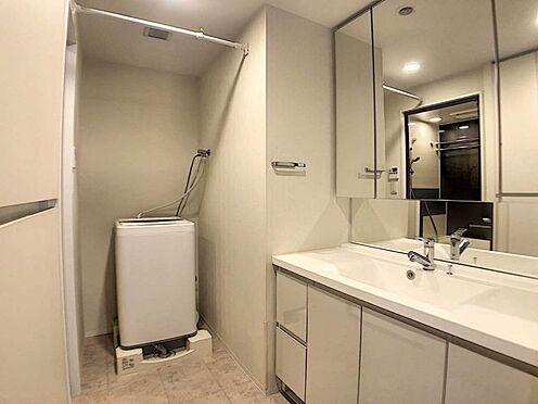 区分マンション-名古屋市東区白壁4丁目 洗面からお化粧まで!ワイドな鏡を備えた洗面化粧台