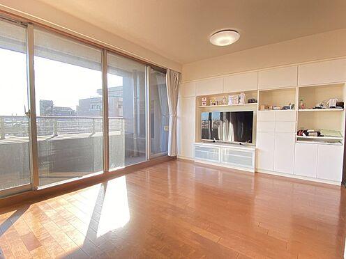 区分マンション-東海市横須賀町狐塚 大きな窓からあたたかな光が差し込むLDK。