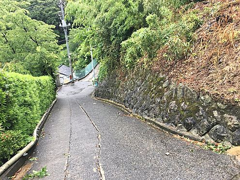 土地-熱海市伊豆山 北側道路の坂上から坂下を撮影しました。