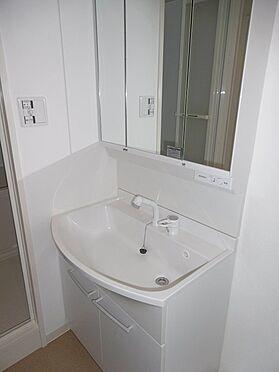 中古マンション-多摩市聖ヶ丘1丁目 白を基調とした洗面化粧台。