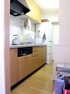 中古マンション-伊東市富戸 〔キッチン〕吊戸棚もあり収納十分です。