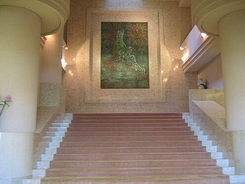 中古マンション-伊東市岡 マンションエントランスホールは優雅な雰囲気です。