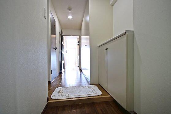 リゾートマンション-熱海市熱海 玄関からリビングまでの廊下部分もフローリングになっています。下部収納下駄箱があります。