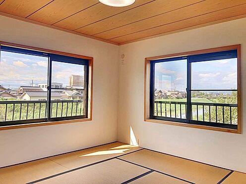 戸建賃貸-西尾市下羽角町郷内 10帖の和室は3面採光で明るい日差しが差し込みます。