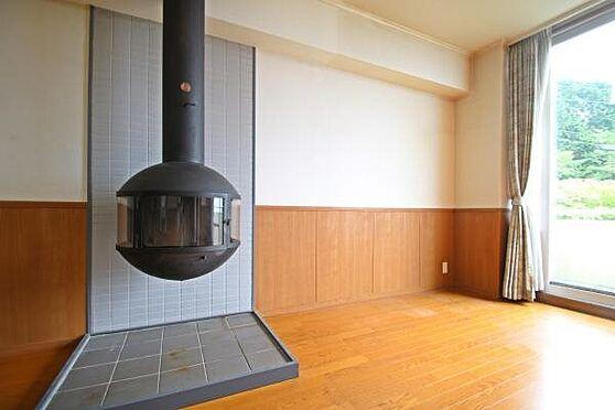 中古マンション-田方郡函南町平井 室内全面の壁に貼られている腰板が特徴的です。フローリングも張り直しされ綺麗です。
