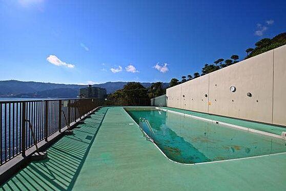 リゾートマンション-熱海市上多賀 屋外プール:海を見ながらプールに入ることができます。夏季限定の為夏は多くのお客様で賑わいを見せます。