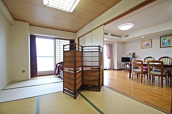 中古マンション-熱海市林ガ丘町 リビングの横には約8.7畳の広い和室があり、襖を開けることにより解放的になります。
