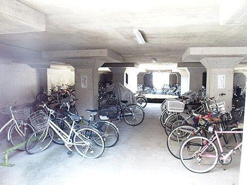 中古マンション-多摩市豊ヶ丘3丁目 屋内駐輪場で雨の日も濡れずに乗り降りできますね。