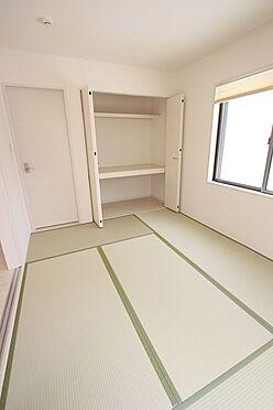 戸建賃貸-北葛城郡広陵町大字南郷 リビングに続く和室は大変開放的です。2面採光で明るさも確保しております。(同仕様)