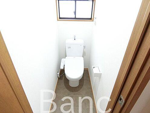 中古一戸建て-足立区佐野2丁目 窓付きの綺麗な高機能トイレです。