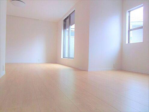 新築一戸建て-名古屋市北区大杉1丁目 大きな窓から明るい光が差し込む室内。日当たり良好です。