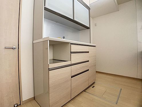 戸建賃貸-みよし市三好町大坪 カップボードも収納が沢山!ごちゃごちゃしがちなキッチンもこれでスッキリです。